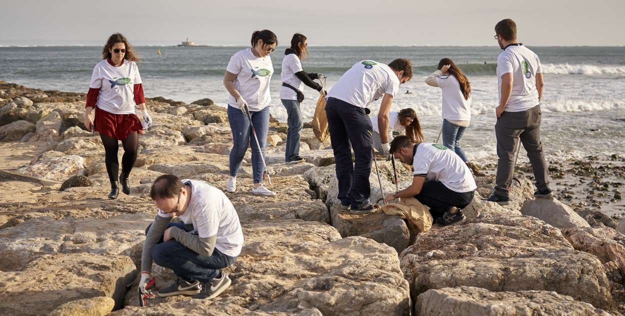 beach clean up Portugal community support